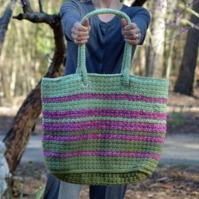 Modern Tote bag crochet pattern in Lion Brand Vanna's Choice. Pattern by Darleen Hopkins