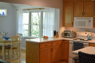 Oak-wood-cabinets-white-countertop-blue-walls-oiled-bronze-fixtures-hardware-kitchen-oak-floors-4